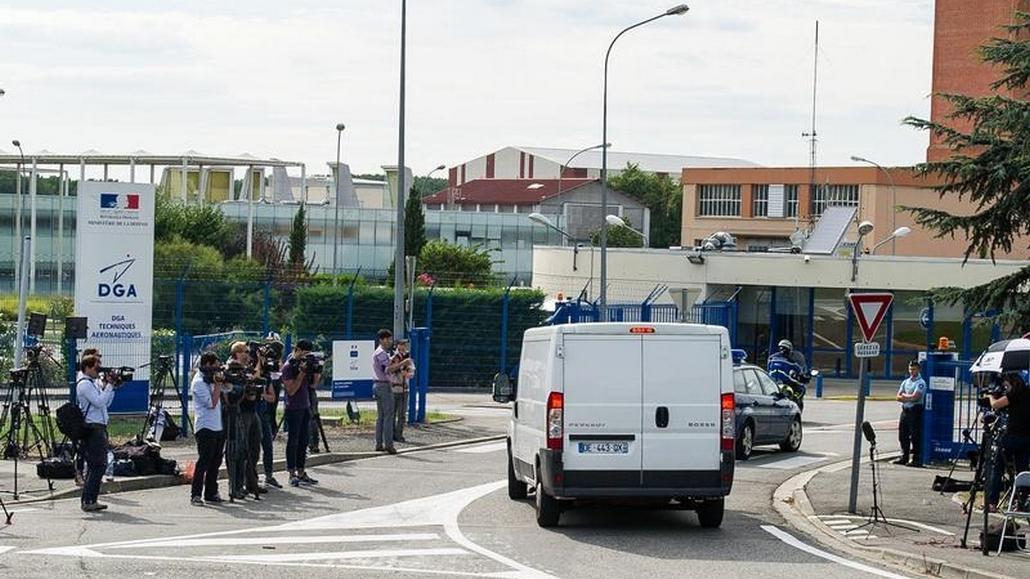 Experti převážejí nález do laboratoře v Toulouse