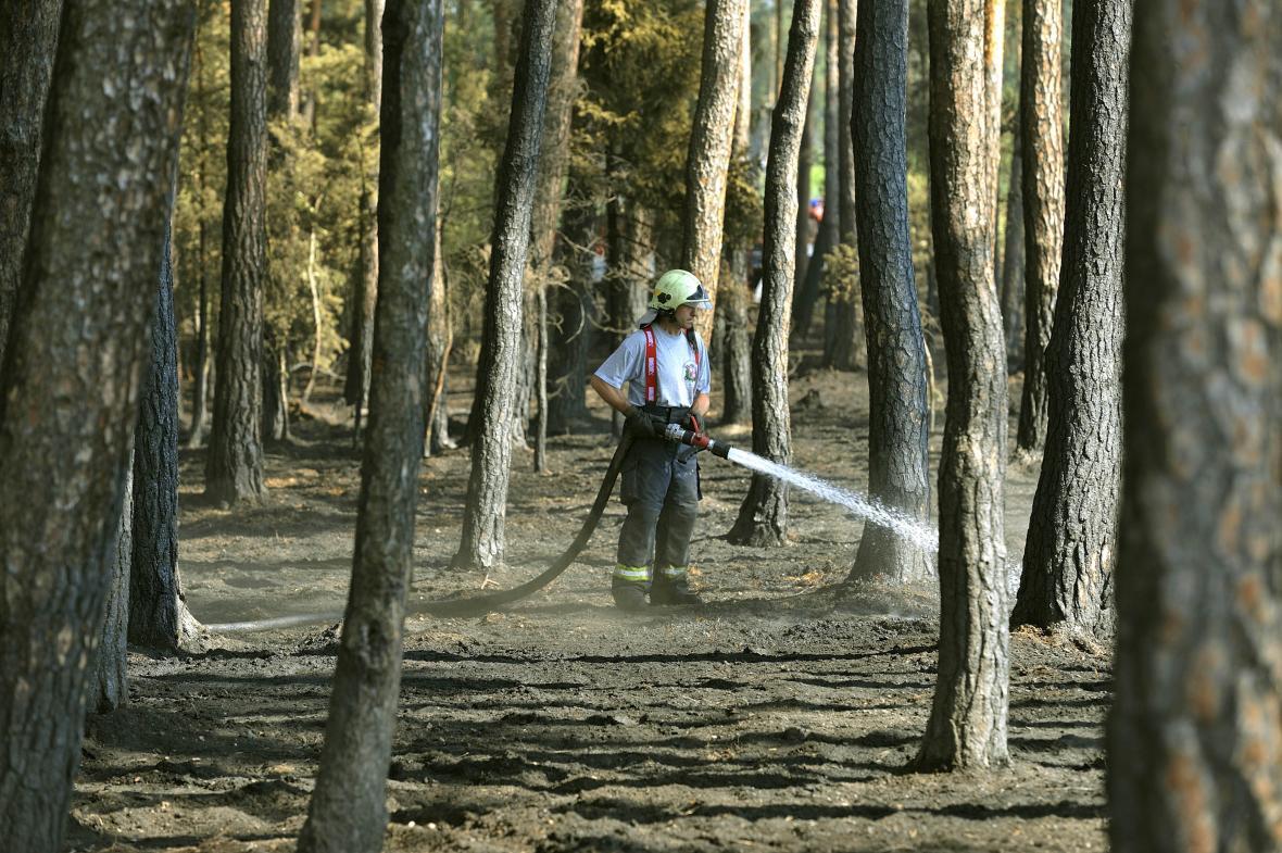 Hasiči zasahují v hořícím lese na Rakovnicku