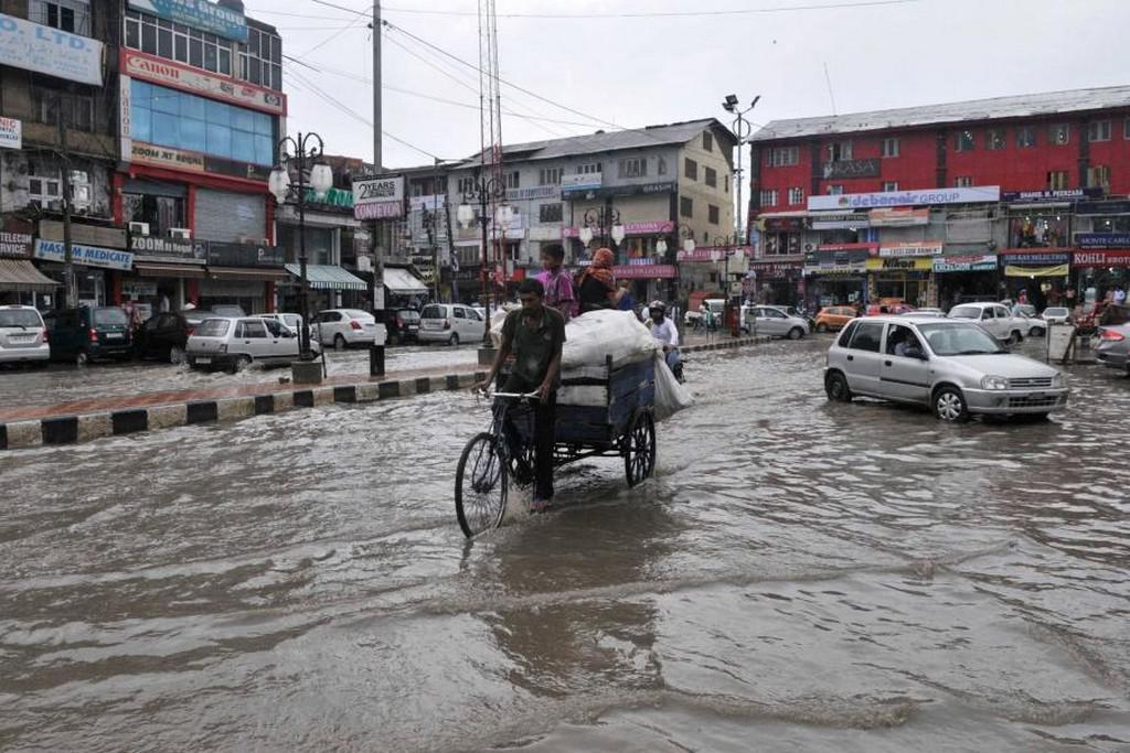 Zaplavené ulice ve městě Srinagar v Indii