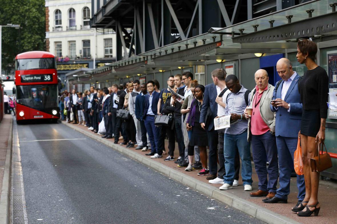 Londýňané čekající na autobus u Victoria Station