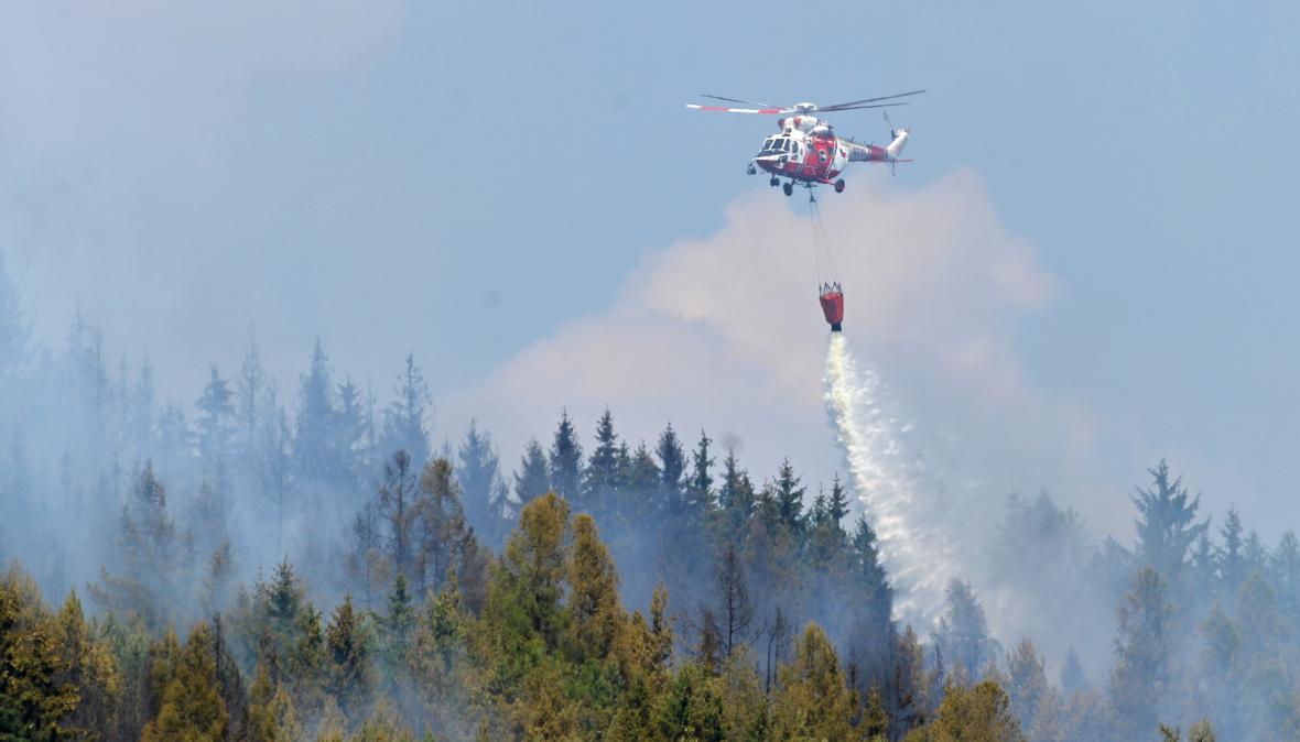 Hašení požáru lesa na Rokycansku