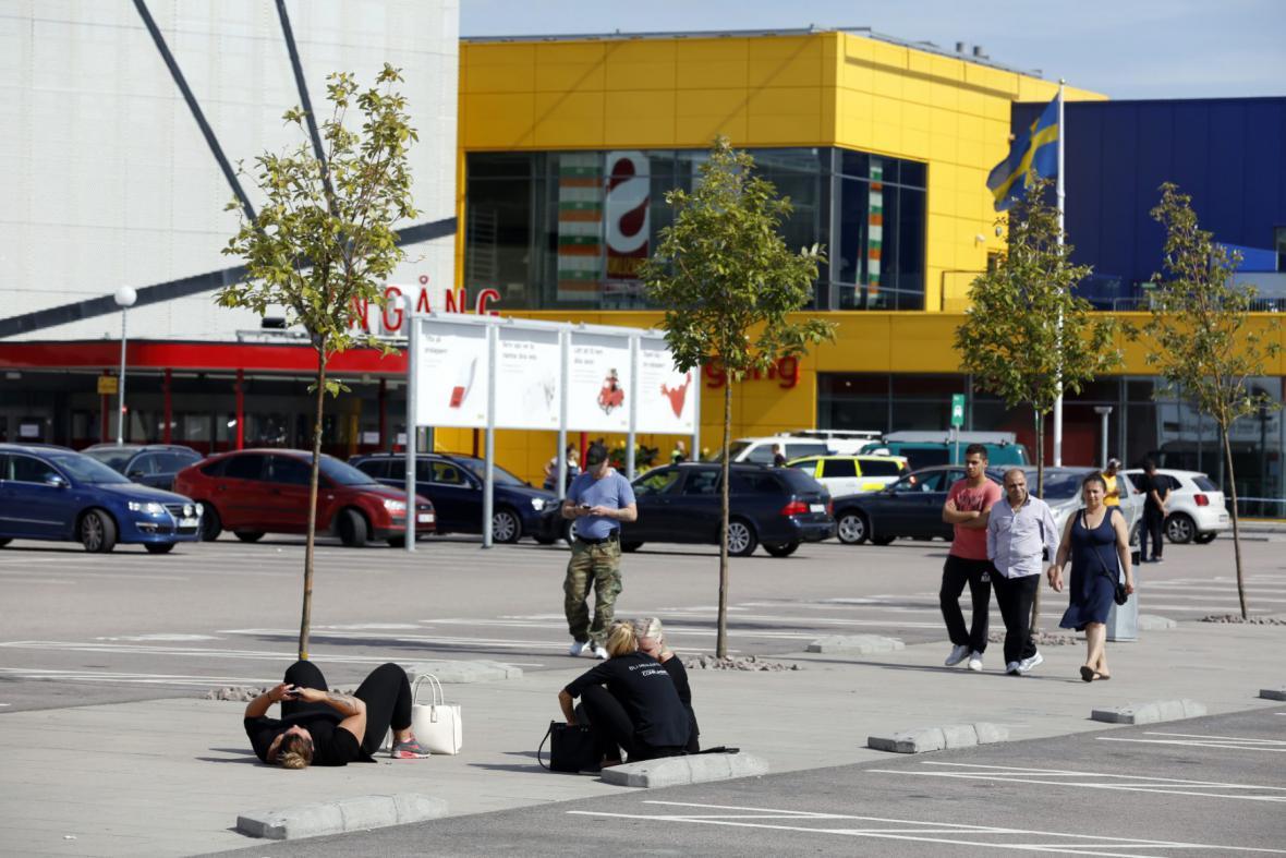 Na zákazníky obchodního domu IKEA zaútočil muž s nožem