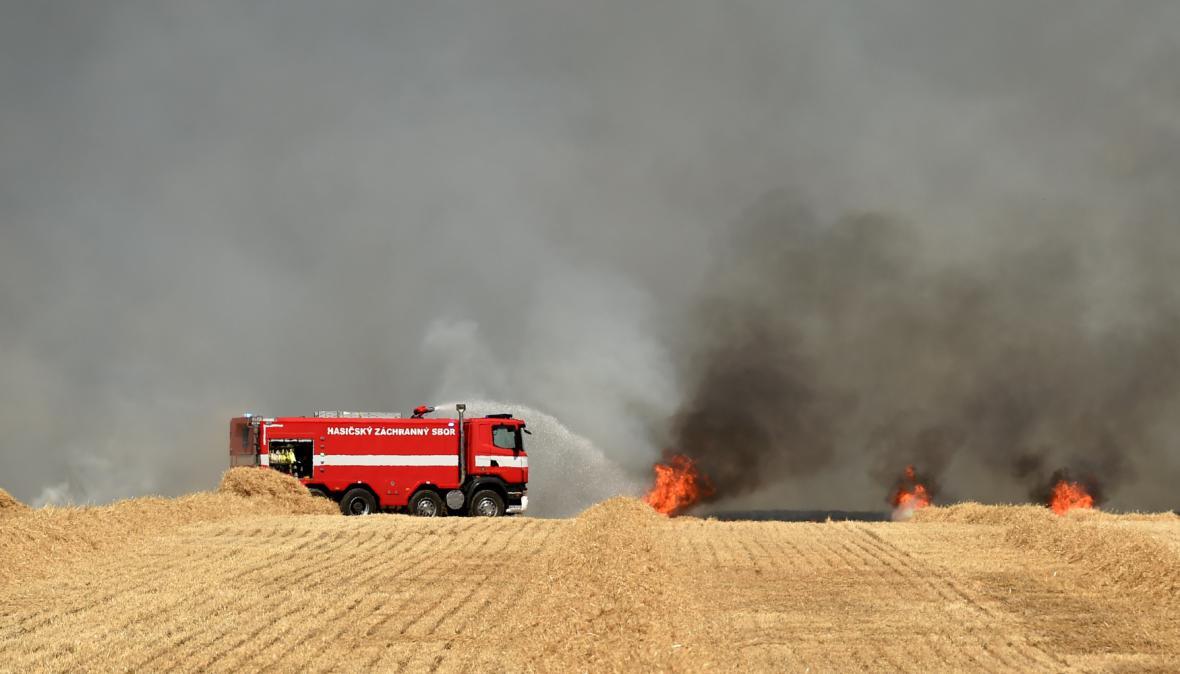 Hasiči řeší požár na poli v obci Rokytá u Mnichova Hradiště
