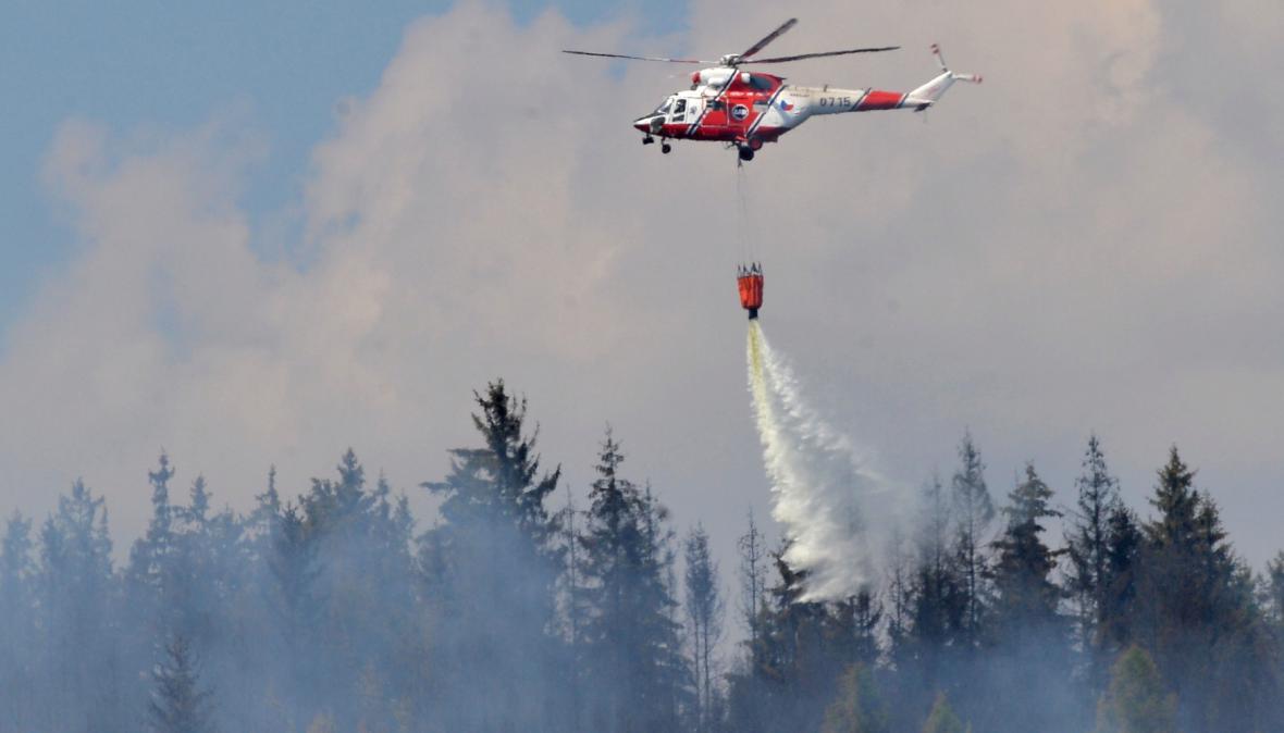 Vrtulník hasí lesní požár