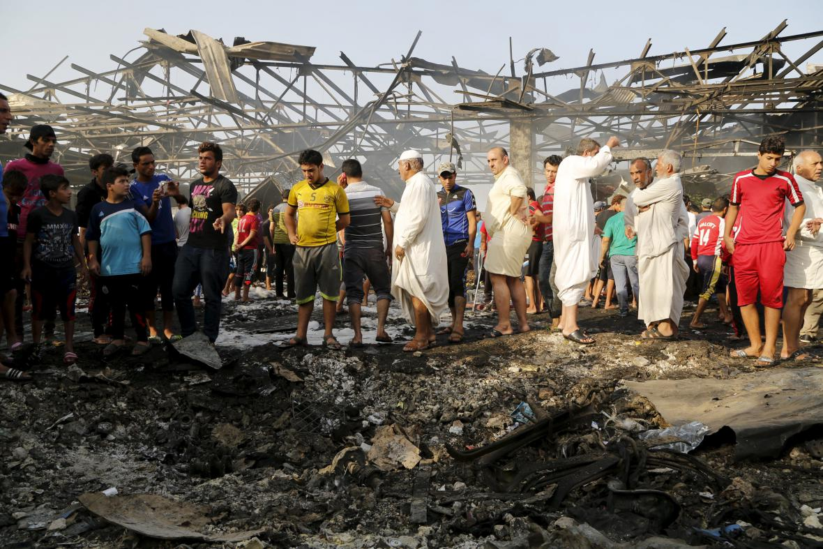 Lidé na tržišti v Bagdádu, kde krátce předtím explodovala dodávka s trhavinou