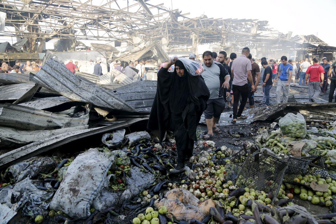 Následky výbuchu na tržišti na severovýchodě Bagdádu