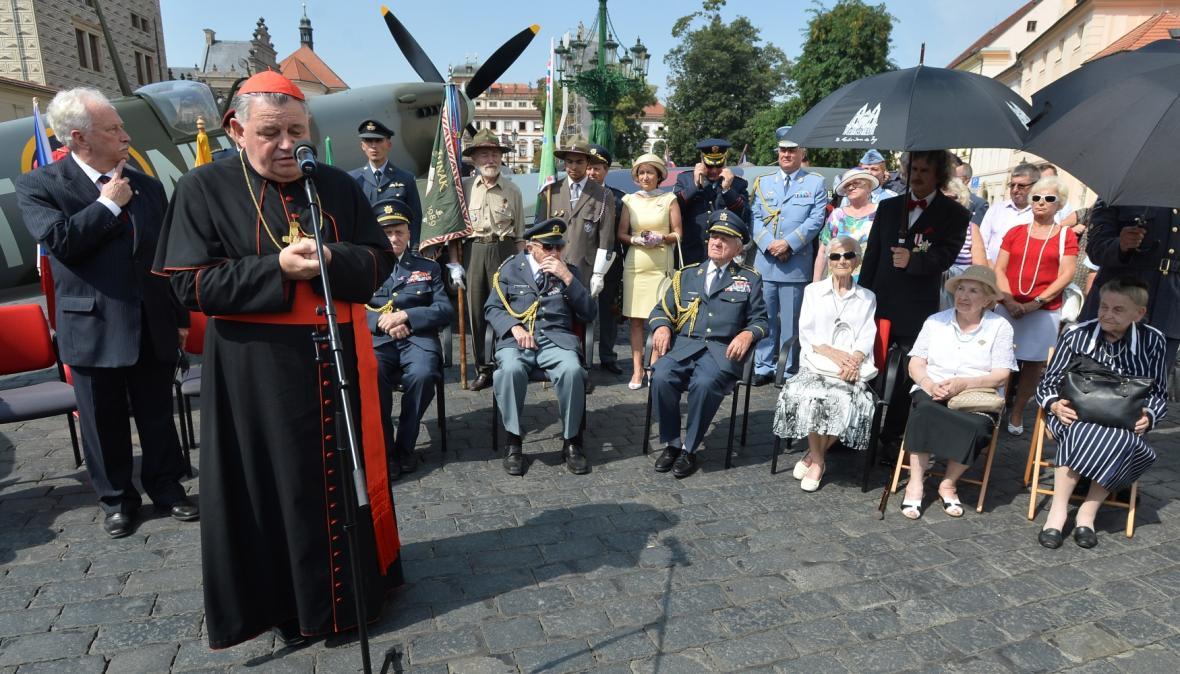 Dominik Duka při slavnostním odhalení makety stíhačky Spitfire na Hradčanském náměstí