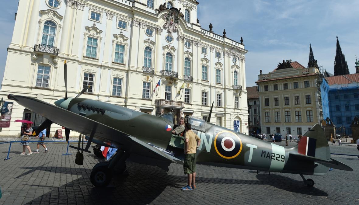 Maketa legendární stíhačky Spitfire Mk.IX na Hradčanském náměstí