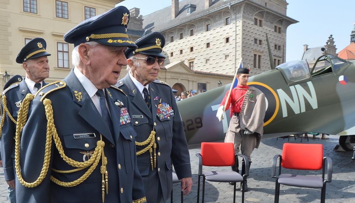 Veteráni Emil Šneberg, Emil Boček a Pavel Vranský při slavnostním odhalení makety stíhačky Spitfire