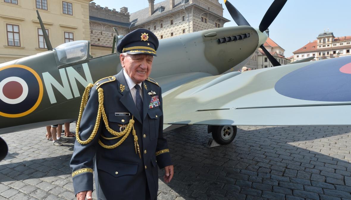 Veterán Emil Boček při slavnostním odhalení makety stíhačky Spitfire
