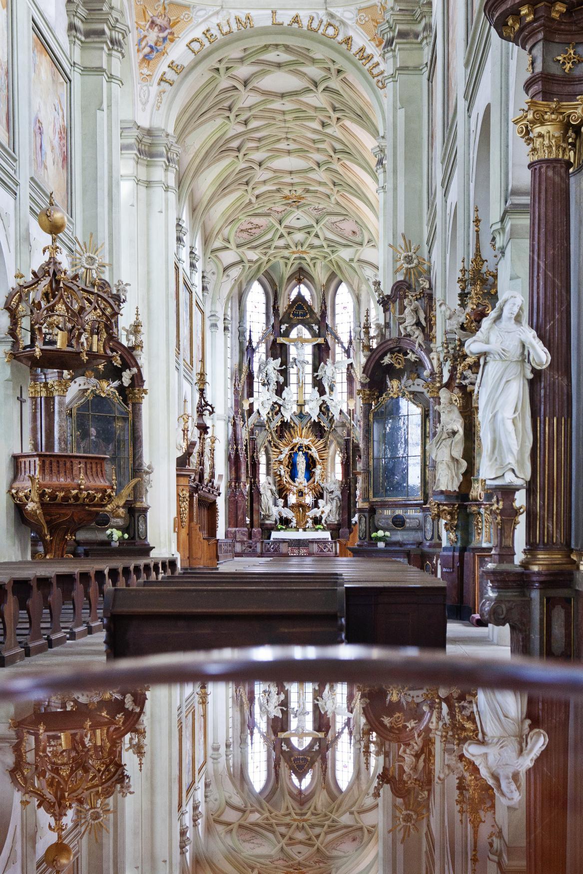 Interiér kostela Nanebevzetí Panny Marie v Kladrubech - snímek z roku 2012