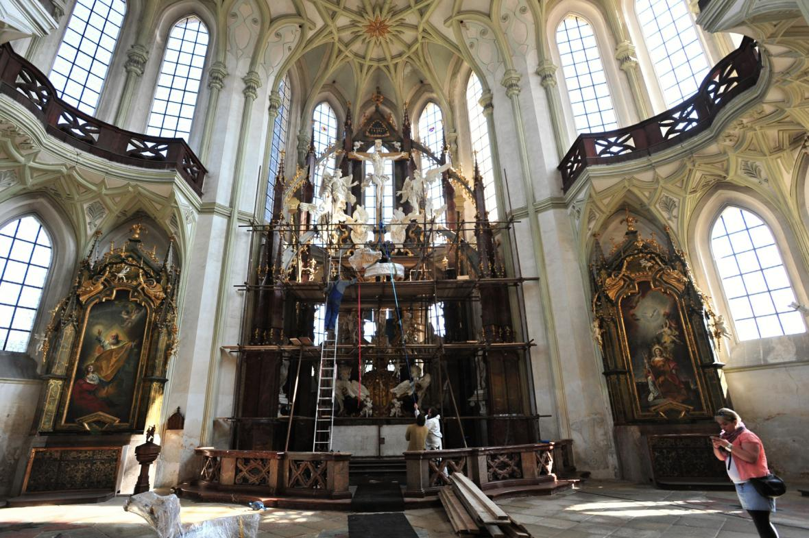 Hlavní oltář v březnu 2015 po návratu Mariánské koruny