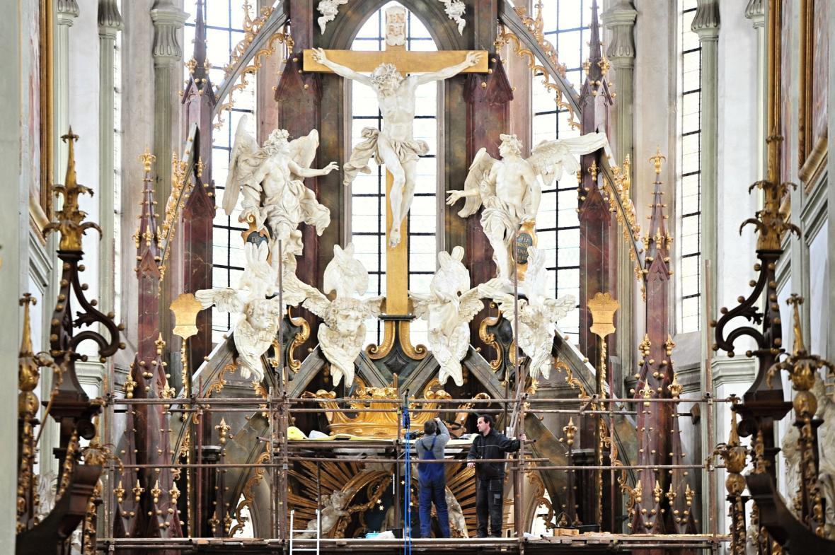 Instalace Mariánské koruny v březnu 2015
