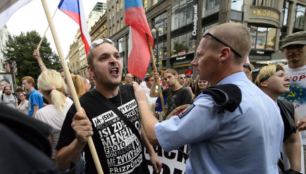 Demonstrace Národní demokracie proti imigrantům a za vystoupení z Evropské unie v polovině července 2015