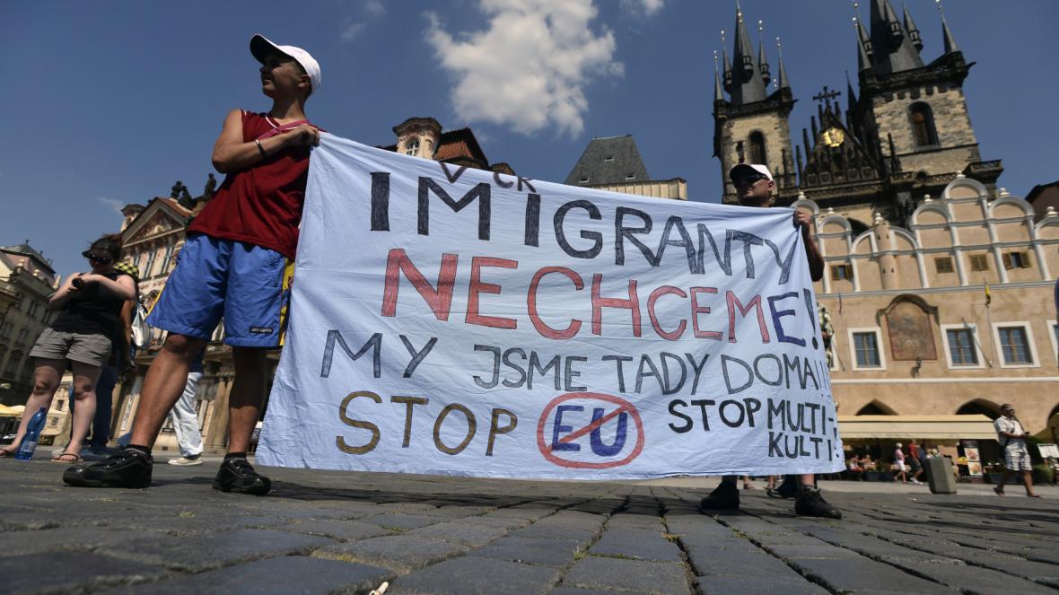 Demonstrace proti imigrační politice české vlády na Staroměstském náměstí