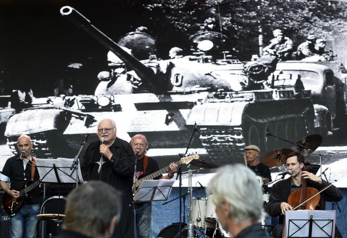 Milán Knížák se skupinou Aktual při koncertu na Václavském náměstí