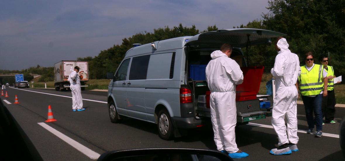 Rakouská policie u odstaveného nákladního vozu s desítkami mrtvých uprchlíků