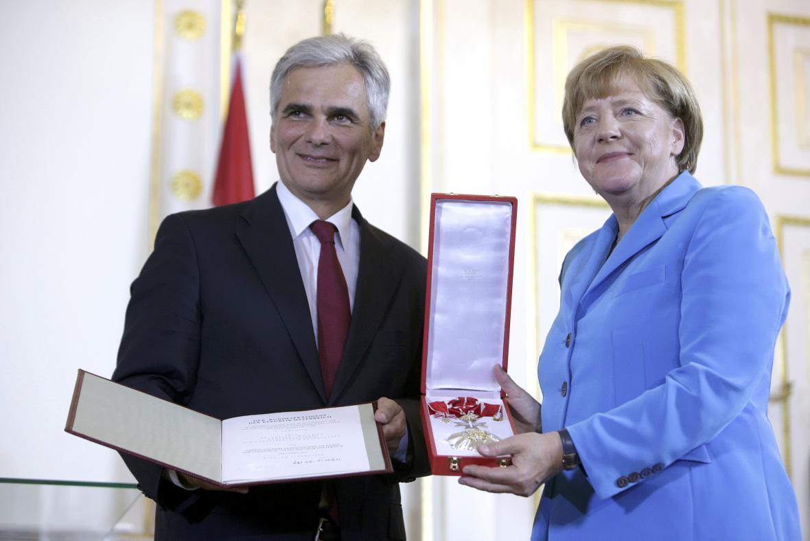 Werner Faymann a Angela Merkelová na konferenci ve Vídni