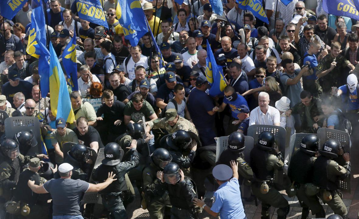 Před parlamentem v Kyjevě se střetli demonstranti s policií