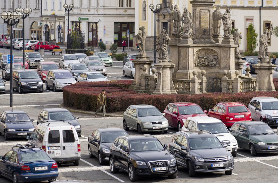 Na Velkém náměstí v Hradci Králové je zatím velké parkoviště