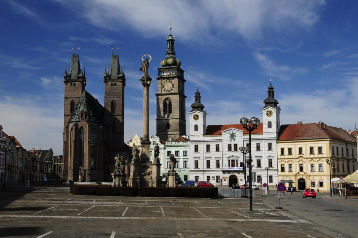 Katedrála svatého Ducha, Bílá věž a Stará radnice na Velkém náměstí v Hradci Králové