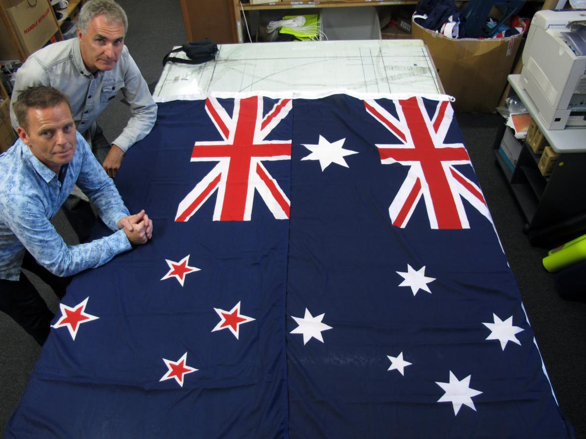 Vlajka Nového Zélandu vlevo a Austrálie vpravo