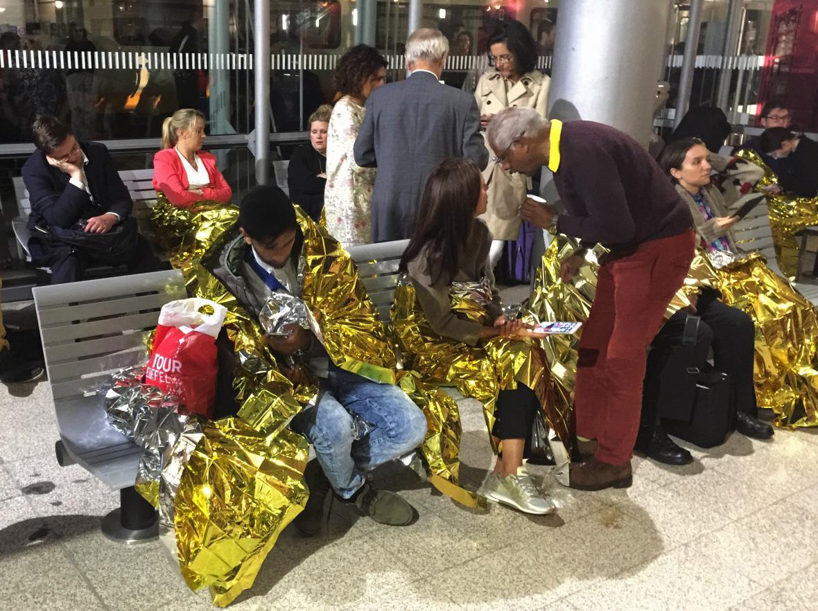 Cestující, kteří uvízli ve vlakové stanici v Calais