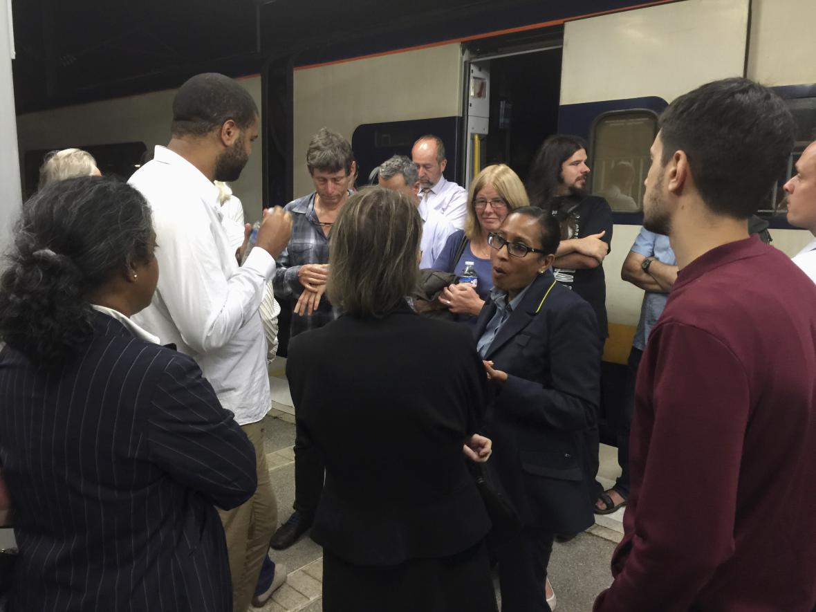 Zaměstnanci společnosti Eurostar vysvětlují cestujícím situaci