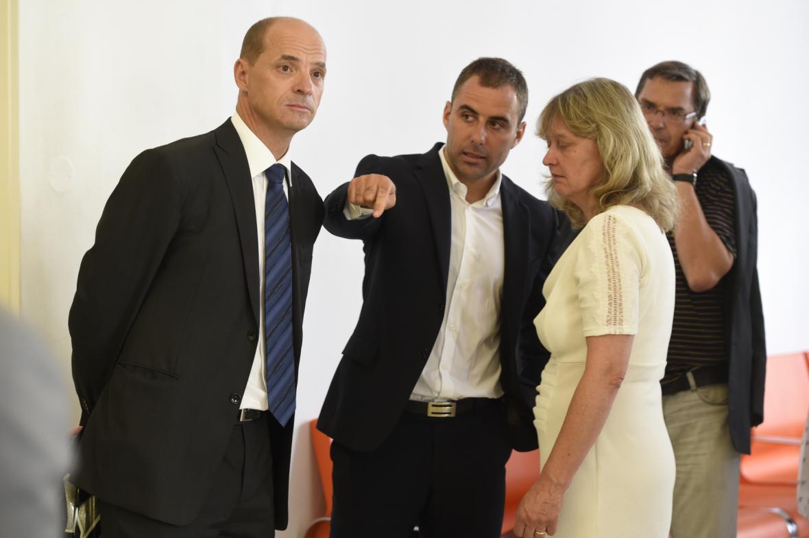 Zleva radní Pavel Richter, zastupitel Lukáš Manhart a bývalá radní pro IT Eva Vorlíčková