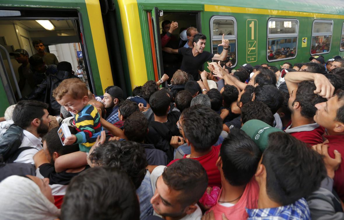 Migranti se tlačí do vlaku na nádraží v Budapešti