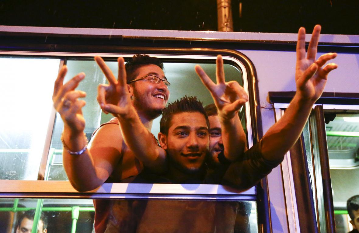 Uprchlíci v autobusech, které Maďaři vypravili do Rakouska