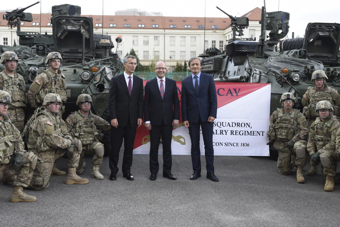 Američtí vojáci se v Praze přivítal se šéfem NATO Stoltenbergem i s předsedou vlády a ministrem obrany