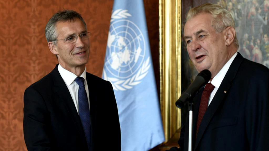 Vlajka OSN při setkání Zemana se Stoltenbergem