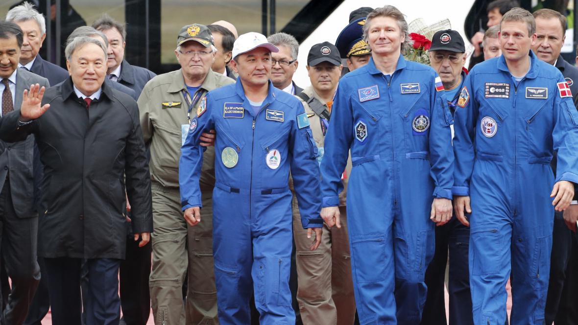 Kazašský prezident Nursultan Nazarbajev a kosmonauti Ajdyn Ajmbetov, Gennadij Padalka a Andreas Mogensen