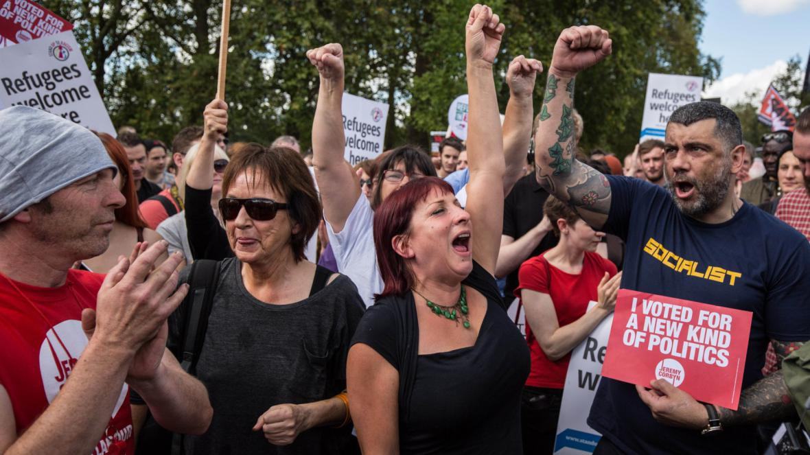 Corbynovi podporovatelé slaví zvolení nového předsedy labouristů
