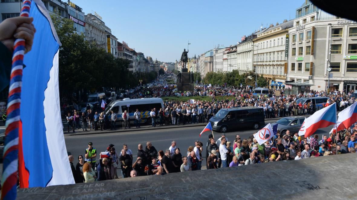 Demonstrace proti islámu i proti xenofobii