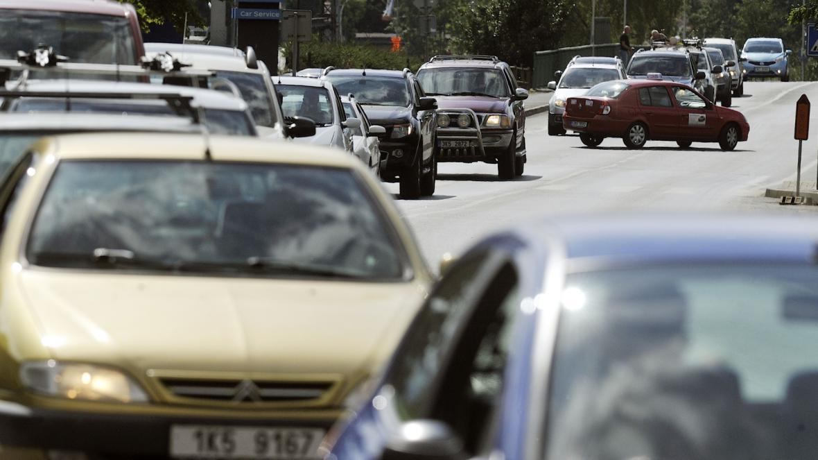 Kolona aut kvůli stavbě na kruhové křižovatce na silnici ze Sokolova na Kraslice