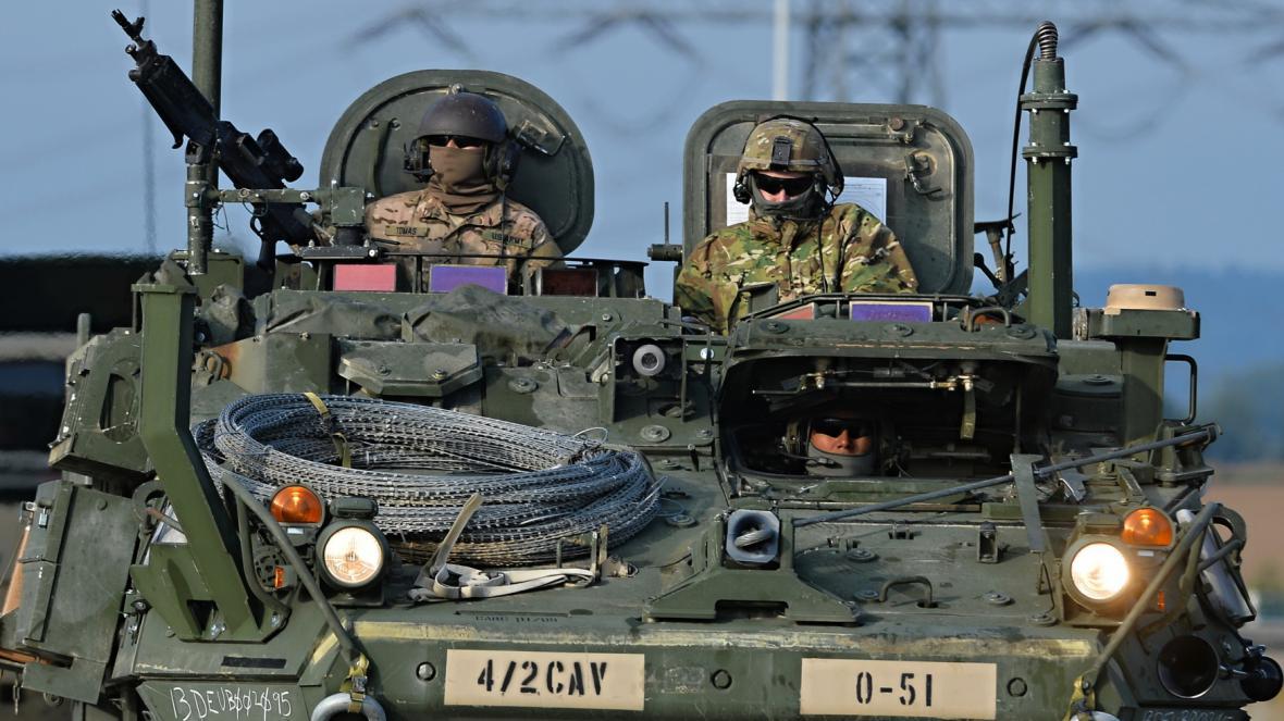 První část konvoje americké armády, který míří na cvičení do Maďarska