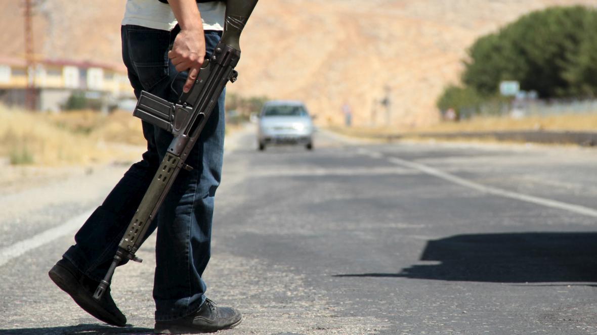Turecké ozbrojené hlídky na policejním stanovišti u jihovýchodního města Silvan