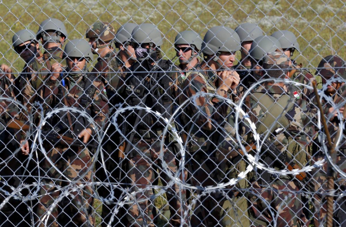 Maďarští vojáci na hranici se Srbskem