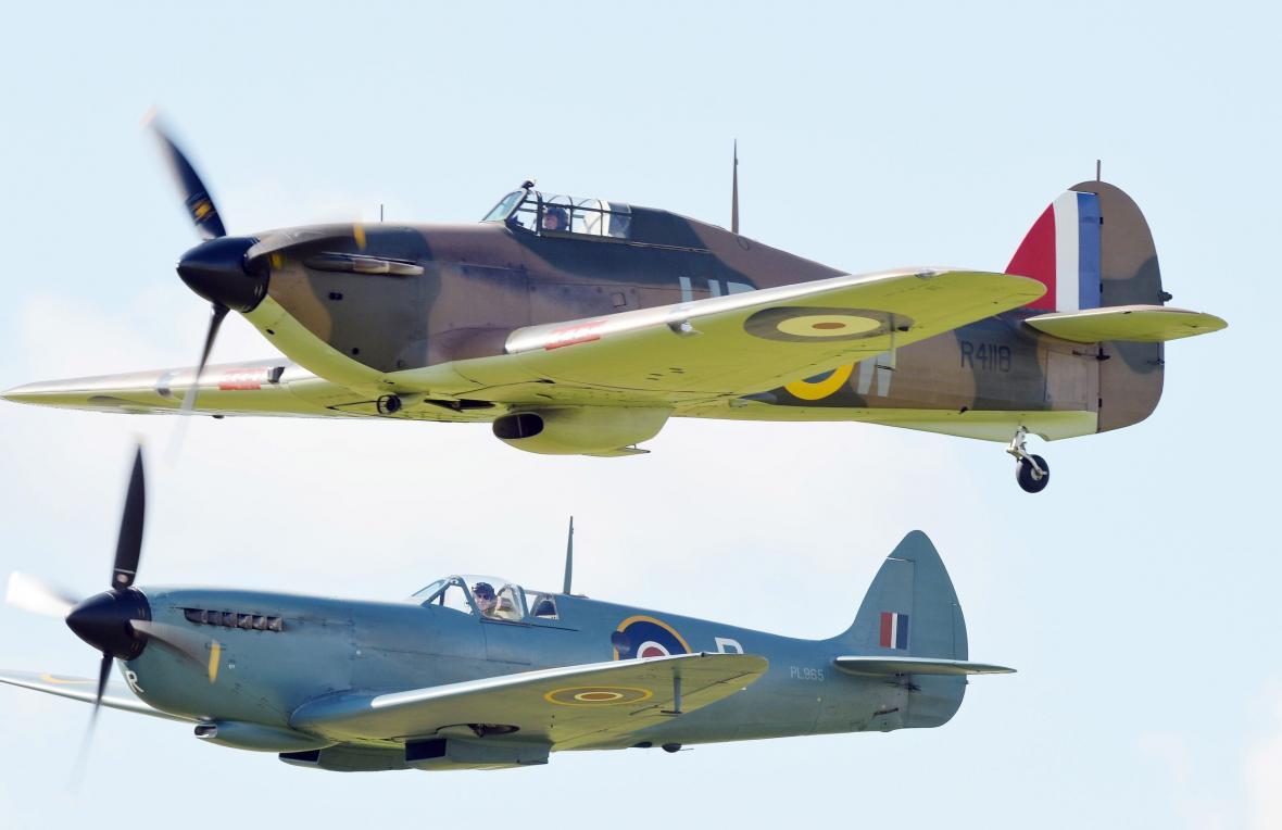 Letouny Hurricane (výše) a Spitfire (níže) během připomínky 75. výročí bitvy o Británii