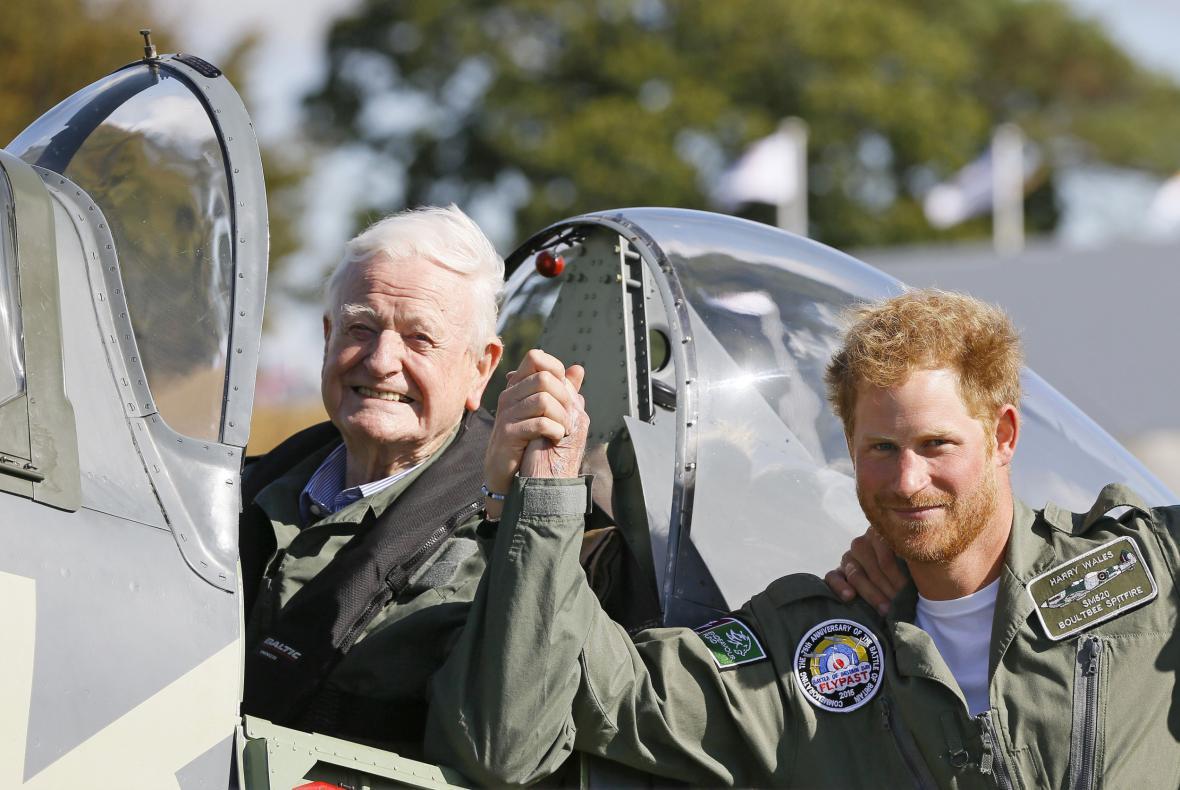 Britský princ Harry přenechal své místo válečnému veteránovi Tomu Neilovi