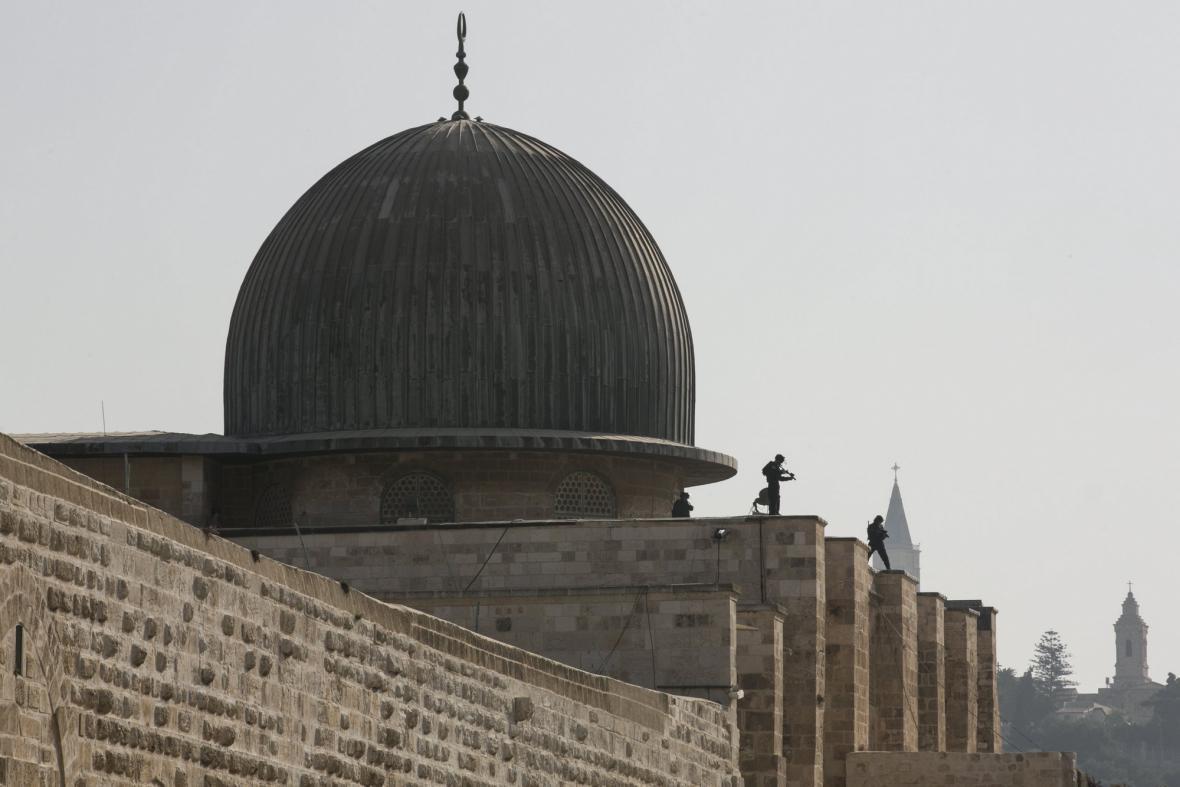 Izraelská policie na střeše mešity Al-Aksá