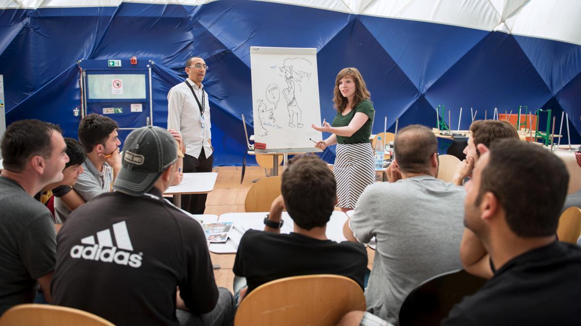 Kurz němčiny v jednom z uprchlických přístřeší