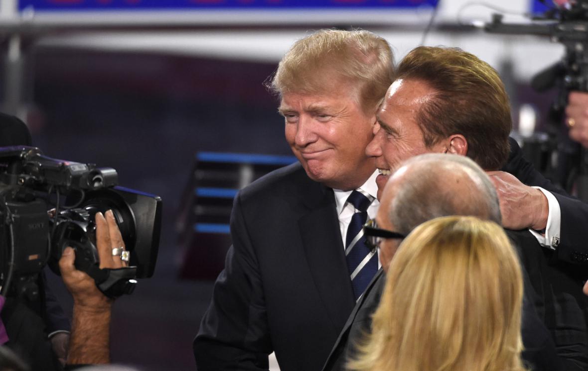Trump při společném focení s bývalým guvernérem Kalifornie Schwarzeneggerem