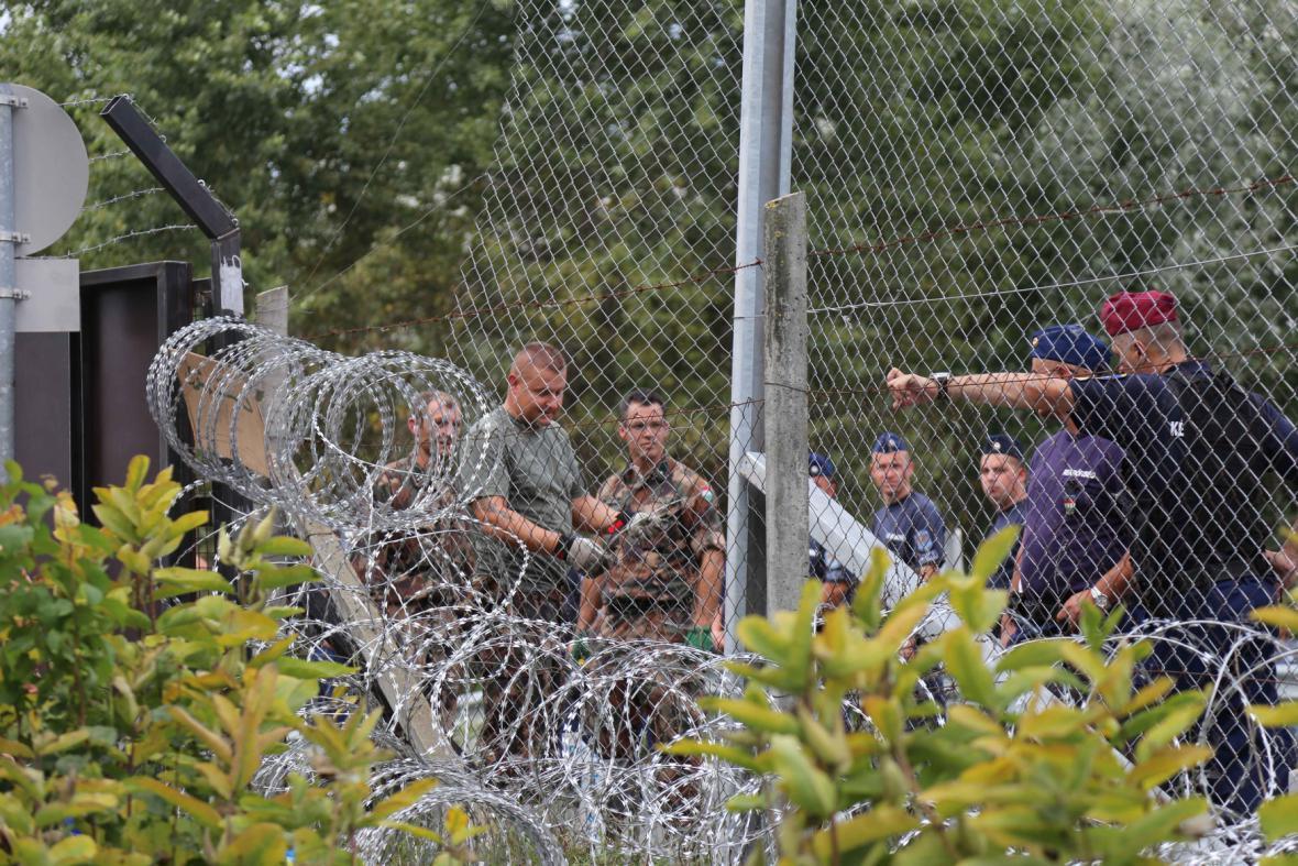 Policisté opravují poničený plot