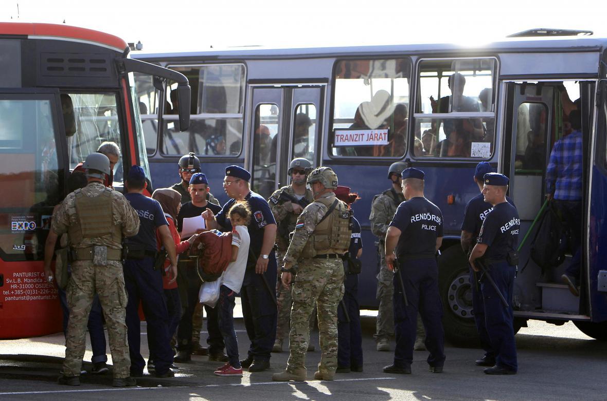 Předání migrantů na chorvatsko-maďarské hranici