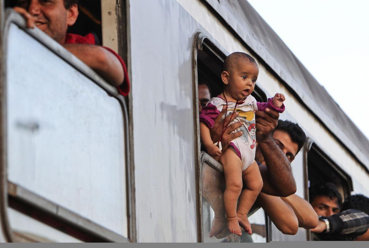 Migranti po příjezdu do maďarského Magyarboly