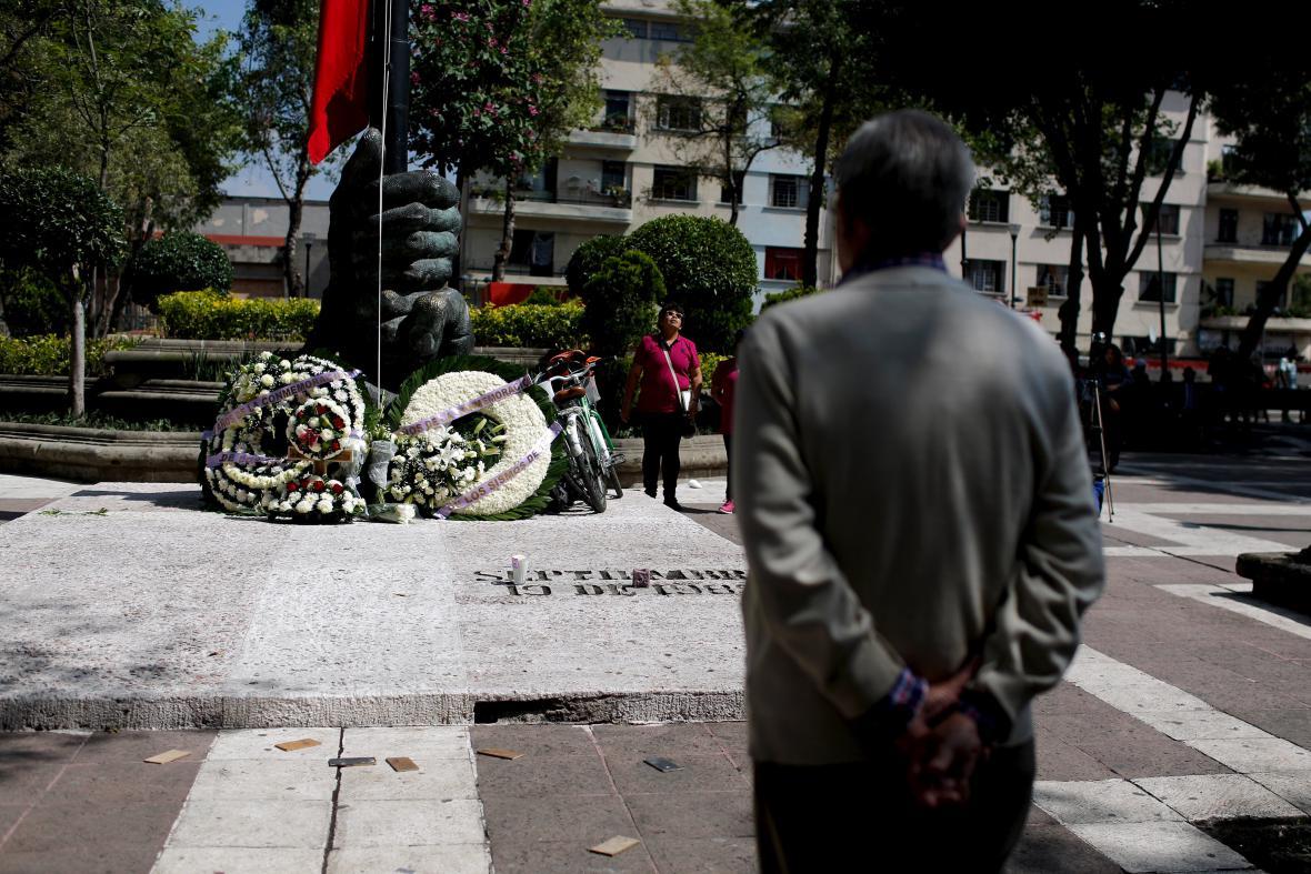 Uctění památky obětí zemětřesení v Mexico City v roce 1985