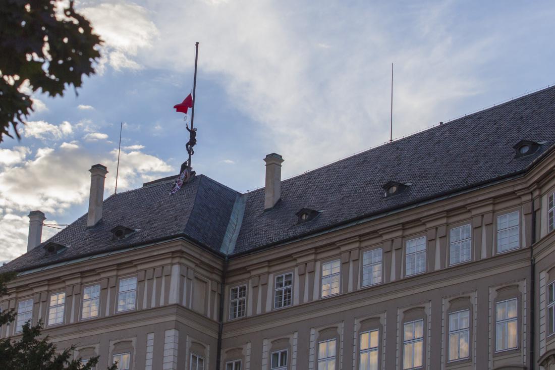 Rudé trenky vlají nad Pražským hradem